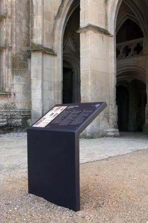 tout-pour-plaire-mobilier-signaletique-exterieur-petite-stele-chateaudun-centre-monuments-nationaux-2621-recadre