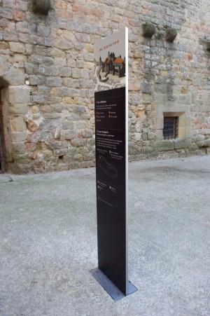 tout-pour-plaire-mobilier-signaletique-exterieur-stele-directionnelle-carcassonne-centre-monuments-nationaux