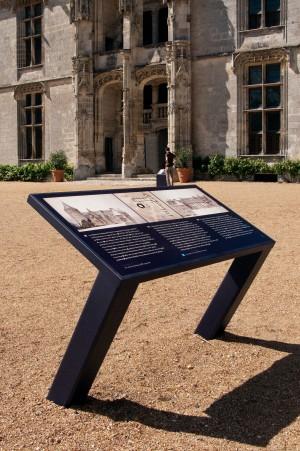 tout-pour-plaire-mobilier-signaletique-exterieur-table-orientation-Chateadun-centre-monuments-nationaux-2655-recarde
